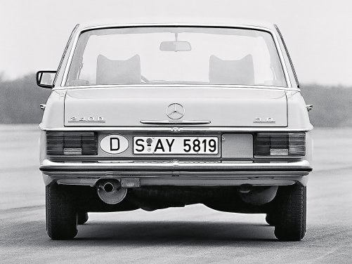 W wielu klasycznych samochodach, między innymi w Mercedesach W114/115, z uwagi na umieszczenie zbiornika paliwa wlew jest na tylnym pasie nadwozia. /Mercedes