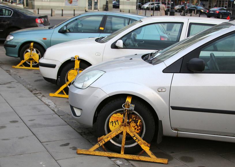 W wielu miastach brakuje miejsc parkingowych, więc kierowcy parkują tam, gdzie się da /Mariusz Grzelak /Reporter
