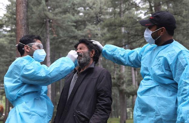 """W wielu miastach w Indiach sytuacja pandemiczna się poprawia. Dużo gorzej jest w mniejszych miejscowościach. Coraz więcej osób zaczyna chorować także na tzw. """"czarnego grzyba"""" /FAROOQ KHAN  /PAP/EPA"""