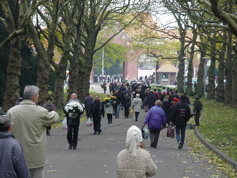 W wielu miastach zmieniana jest organizacja ruchu wokół cmentarzy /archiwum /RMF FM
