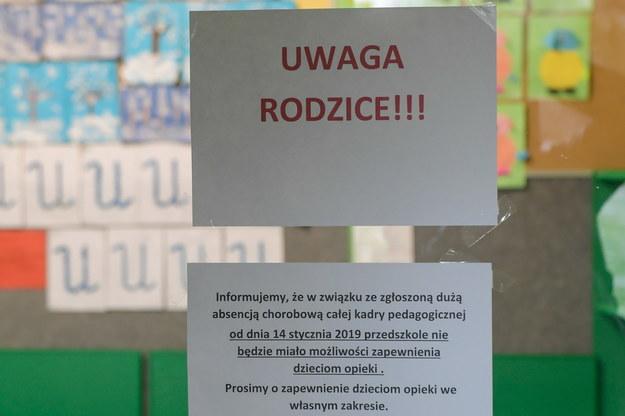 W wielu placówkach ze względu na zwolnienia lekarskie nauczycieli, odwołano zajęcia /Grzegorz Michałowski   /PAP
