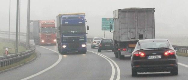 W wielu województwach kierowcom utrudniają życie mgła i deszcz /Lech Muszyński /PAP