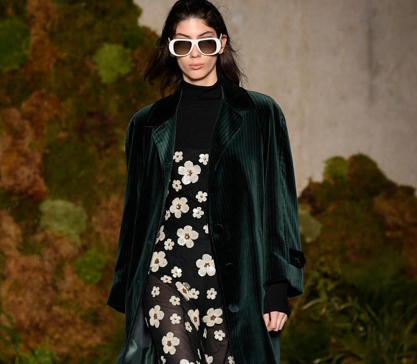 W wiosenno-letnich kolekcjach światowych domów mody stokrotki pojawiły się zarówno w minimalistycznej czarnobiałej wersji, jak i w żywych kolorach /East News