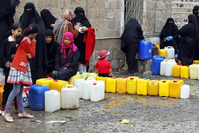 W wyniku bombardowań tysiące Jemeńczykółw zostało zmuszonych do porzucenia swoich domów /YAHYA ARHAB /PAP/EPA