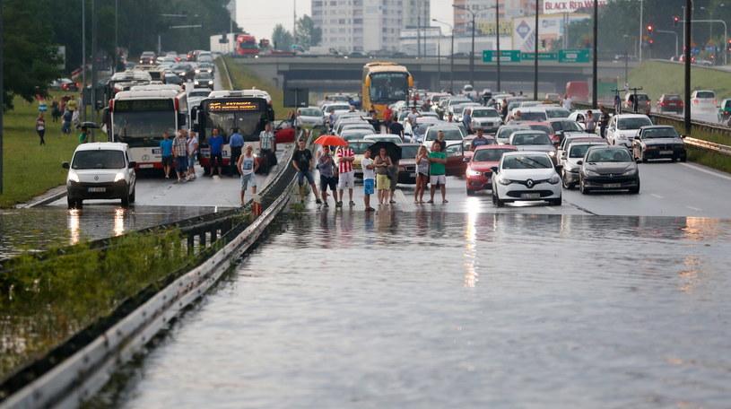 W wyniku burz, które przeszły nad Śląskiem, 18 bm. doszło do zalania trasy S86 w kierunku Katowic. Po usunięciu podtopień ruch na trasie wrócił do normy. /Marek Zimny /PAP