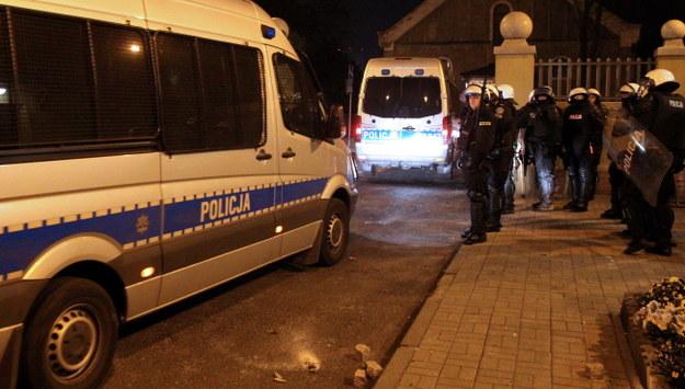 W wyniku nocnych zamieszek rannych zostało 14 policjantów /Andrzej Grygiel /PAP