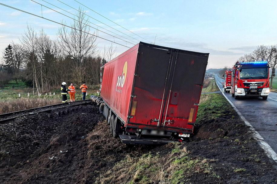 W wyniku poślizgu pojazd ciężarowy zjechał na przeciwległą część jezdni i wpadł na torowisko /Mateusz Marek /PAP