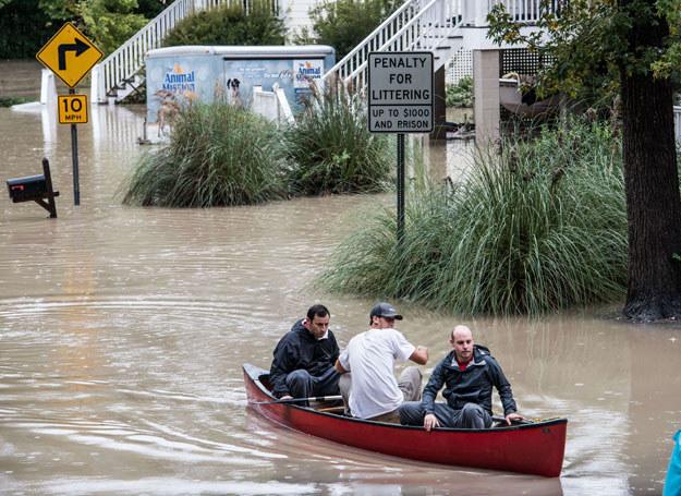 W wyniku powodzi śmierć poniosło dziewięć osób - pięć utonęło, a cztery zginęły w wypadkach samochodowych /Sean Rayford /AFP