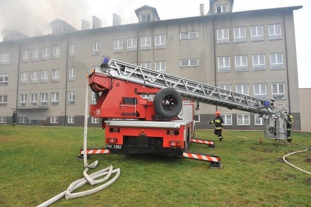 W wyniku pożaru spalił się dach i poddasze budynku szkoły podstawowej /Agnieszka Wyderka /RMF FM