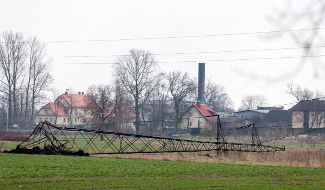 W wyniku pożaru sterty opon na nielegalnym składowisku zawalił się słup sieci wysokiego napięcia i pociągnął za sobą kolejne trzy /Andrzej Grygiel /PAP