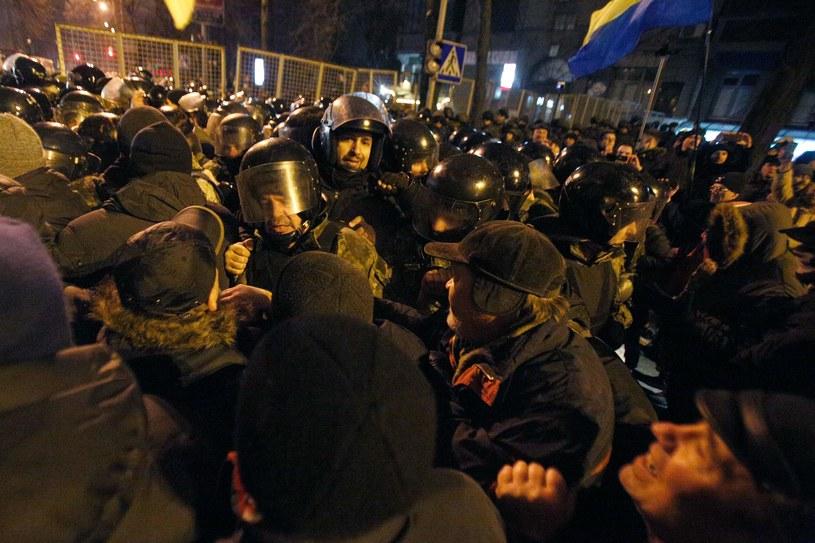 W wyniku przepychanek z nacjonalistami, do których doszło w niedzielę wieczorem w centrum stolicy Ukrainy na obchodach trzeciej rocznicy krwawych starć na Majdanie, ucierpiało dwoje policjantów /AFP