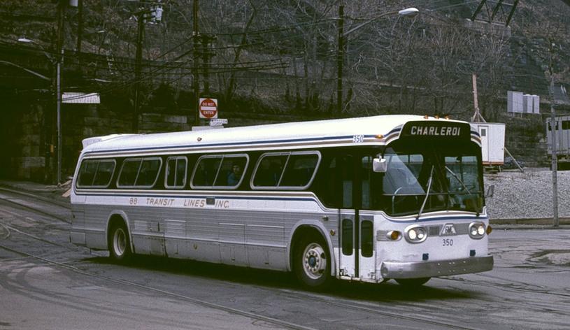 W wyniku spisku większość komunikacji miejskiej przejęły firmy powiązane z GM, operujące na autobusach tej marki. Pittsburgh, 1984 /Wikimedia Commons /domena publiczna