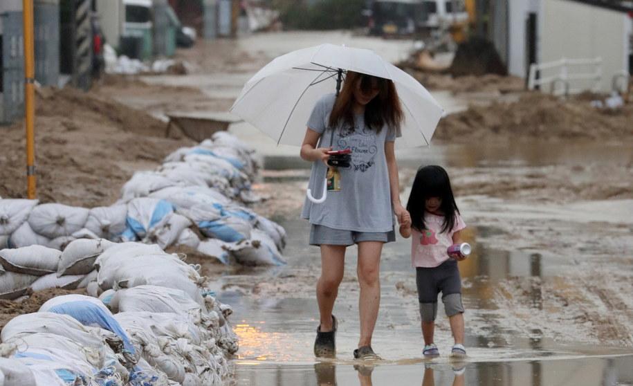W wyniku ulewnych deszczy, powodzi i lawin błotnych, z którymi od prawie dwóch tygodni zmaga się Japonia, zniszczonych zostało już 270 szkół /JIJI PRESS /PAP/EPA