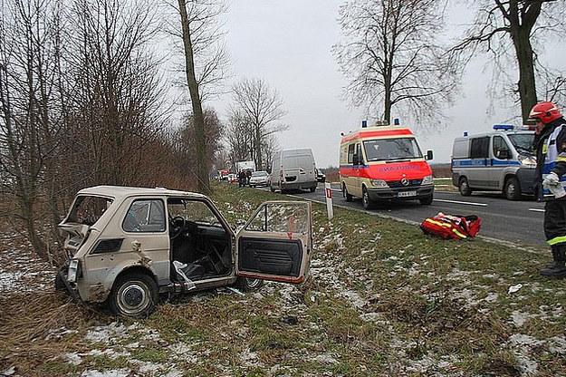 W wyniku wypadku fiat został niemal doszczętnie zniszczony /KPW w Rzeszowie /Policja