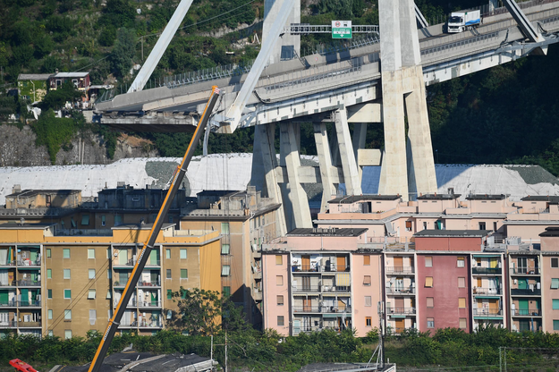 W wyniku zawalenia się mostu zginęły 43 osoby /LUCA ZENNARO /PAP/EPA