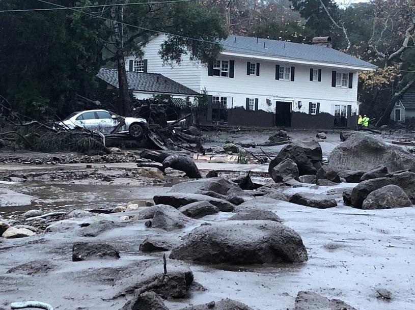 W wyniku zejścia lawin błotnych drogi dojazdowe do wielu miejscowości zostały odcięte /IKE ELIASON / SANTA BARBARA COUNTY FIRE /PAP/EPA
