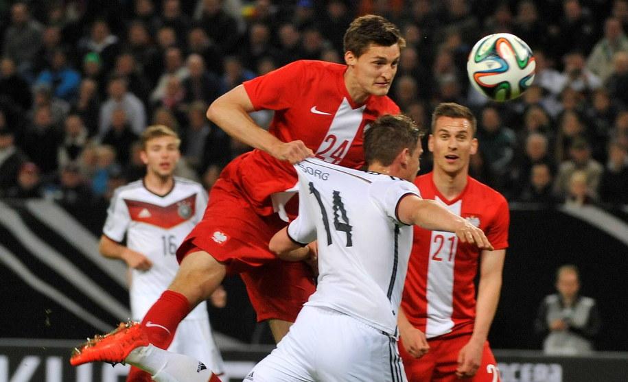 W wyskoku do piłki Michał Żyro (po lewej) i Niemiec Oliver Sorg, w głębi Arkadiusz Milik (z numerem 21) /Bartłomiej Zborowski /PAP