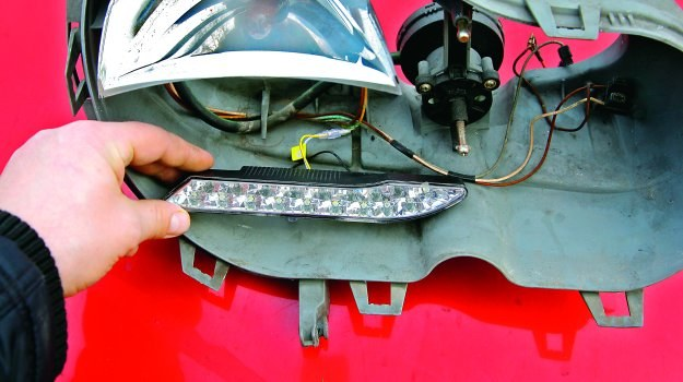 W żadnym wypadku nie można samemu modyfikować oryginalnych reflektorów. /Motor