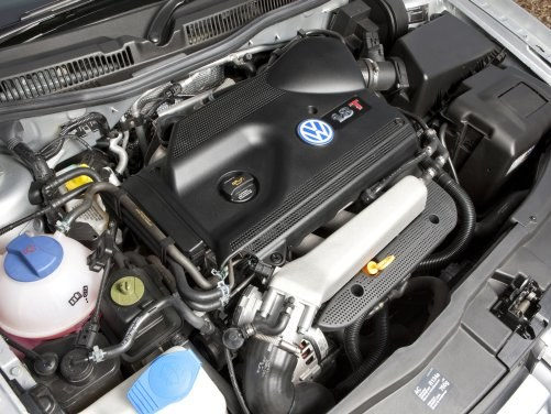 """W zależności od rynku, silnik pod maską ma oznaczenie """"1.8 T"""" lub """"20V Turbo"""". To ta sama jednostka. /Volkswagen"""
