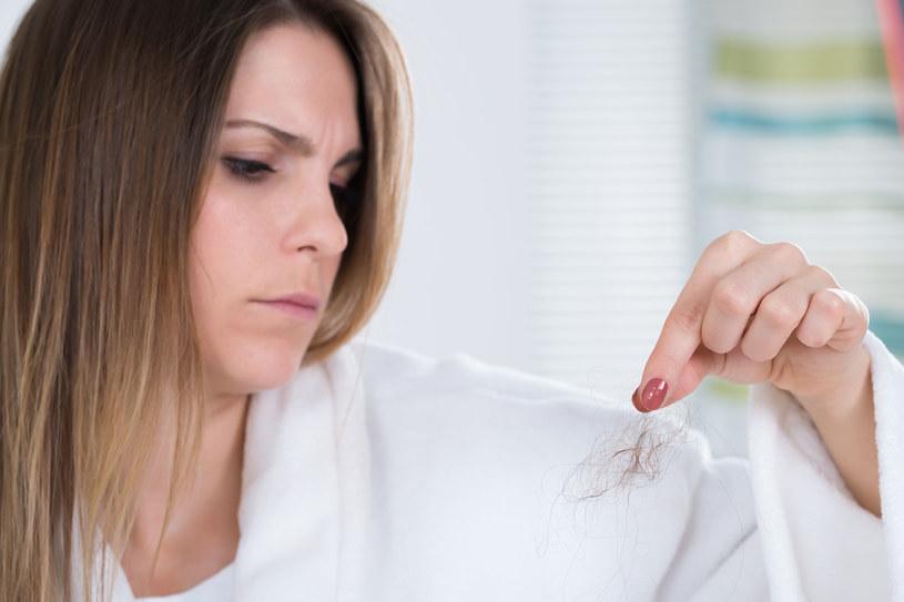W zależności od tego, jak pracują twoje hormony, włosy będą gęste i zdrowie lub - łamliwe i mocno przerzedzone! /123RF/PICSEL
