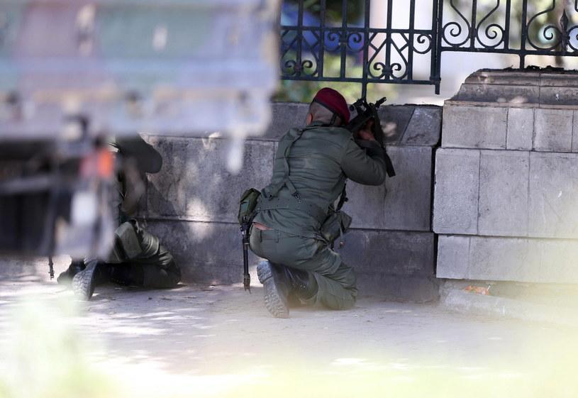 W zamachu w Tunisie zginęło 21 osób /PAP/EPA