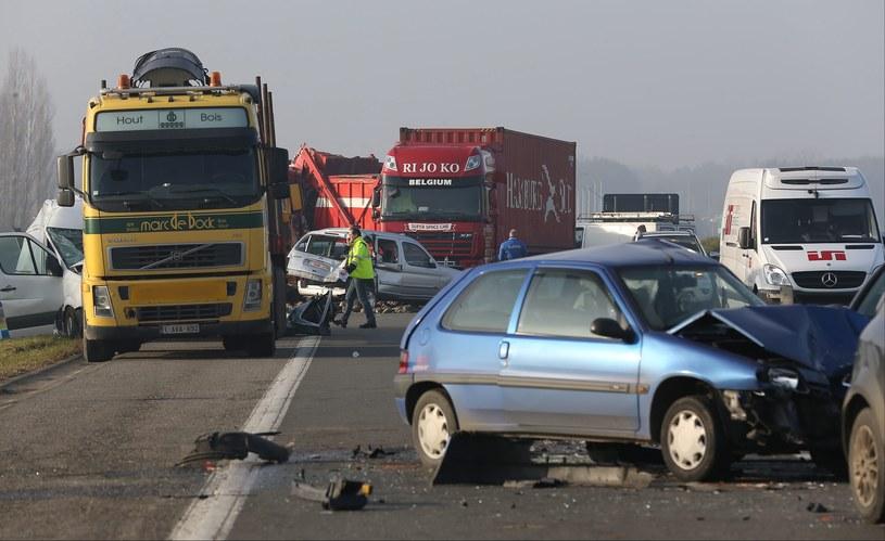 W zderzeniu uczestniczyło kilkadziesiąt samochodów /JULIEN WARNAND /PAP/EPA