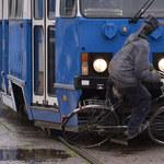 W zderzeniu z tramwajem rowerzysta jest bez szans [FILM]