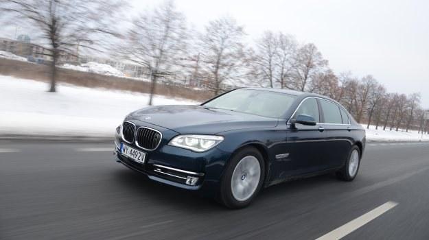 W zeszłym roku BMW serii 7 przeszło lifting nadwozia. Zmiany nie były wielkie, nową wersję najłatwiej rozpoznać po nowych reflektorach, za dopłatą – w pełni LED-owych. /Motor