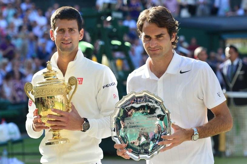w zeszłym roku Novak Djoković (z lewej) wygrał z w finale Wimbledonu z Rogerem Federerem. A jak będzie teraz? /AFP