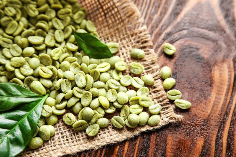 W zielonej kawie znajduje się kwas chlorogenowy /123RF/PICSEL