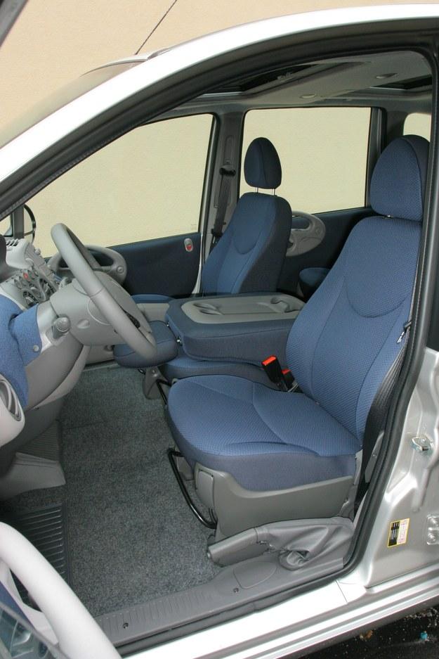 W złożonym fotelu centralnym znajdują się uchwyty na kubki. /Motor