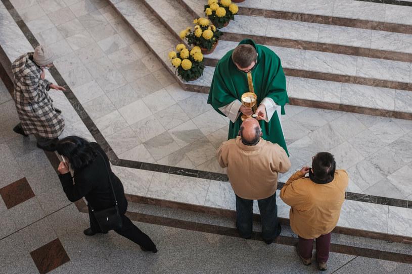 W związku z pandemią COVID-19 biskupi przedłużają do 27 grudnia dyspensę od obowiązku uczestnictwa w mszy św. w niedzielę i święta /Piotr Dziurman /Reporter