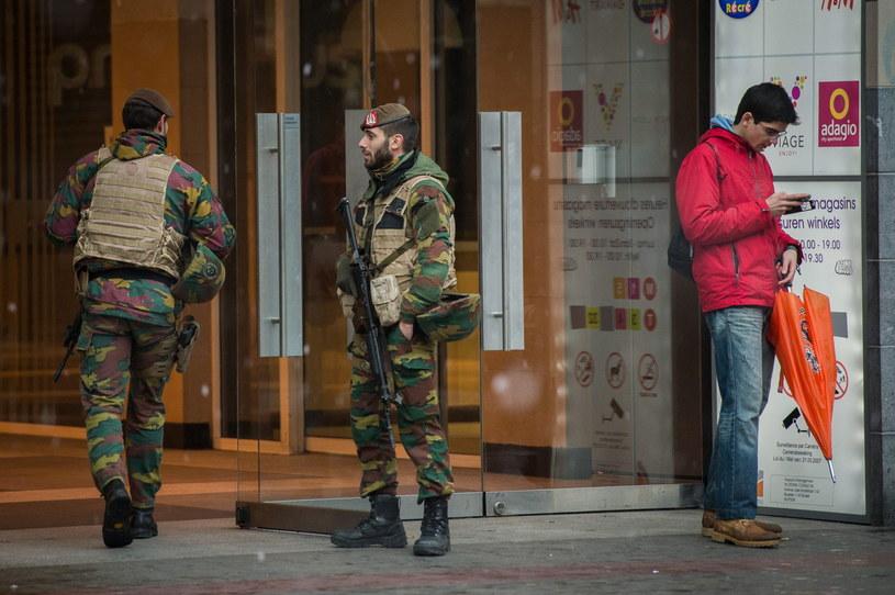 W związku z podwyższonym alertem na ulicach Belgii stacjonuje wojsko /PAP/EPA