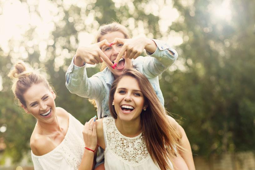 W życiu otaczaj się przyjaznymi ludźmi /123RF/PICSEL