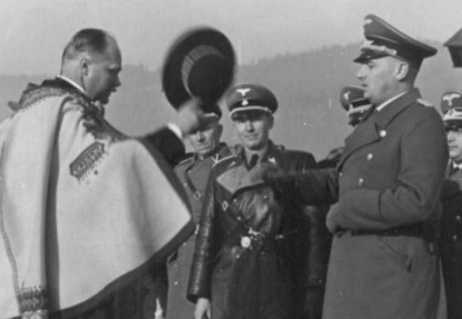 Wacław Krzeptowski wita się z Hansem Frankiem /Narodowe Archiwum Cyfrowe /materiały prasowe