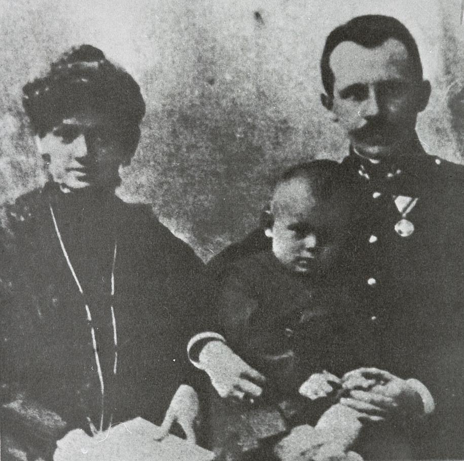 Wadowice ok. 1908. Rodzice Karola Wojtyły: Karol i Emilia z domu Kaczorowska, ze starszym bratem Edmundem. /PAI /PAP