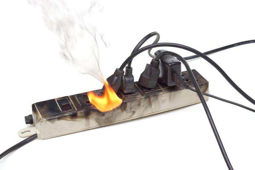 Wady listew mogą doprowadzić nawet do pożaru /123RF/PICSEL