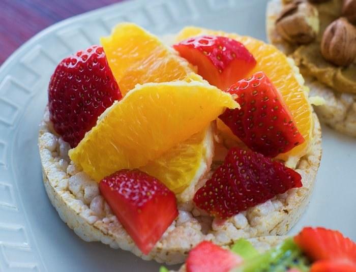 Wafle ryżowe z truskawkami i pomarańczą - 55 kalorii sztuka /INTERIA.PL