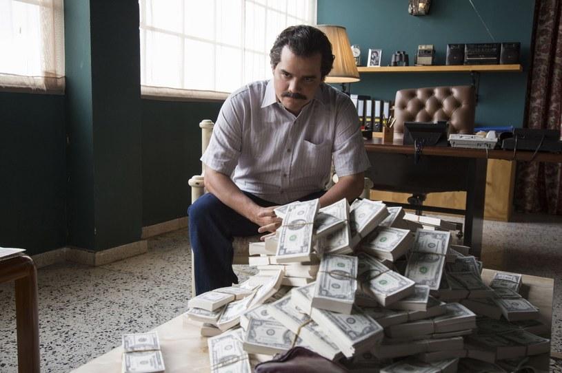 "Wagner Moura jako Pablo Escboar w serialu ""Narcos"" /Everett Collection /East News"