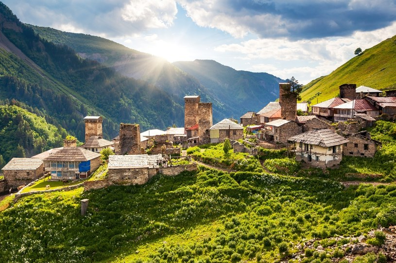Wakacje w Gruzji to także możliwość podziwiania górskich widoków /123RF/PICSEL