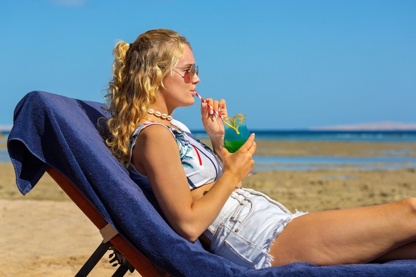 Wakacje z drinkiem w ręku odchodzą do lamusa? /123RF/PICSEL