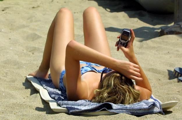 Wakacje z telefonem - ale z jakim? /AFP
