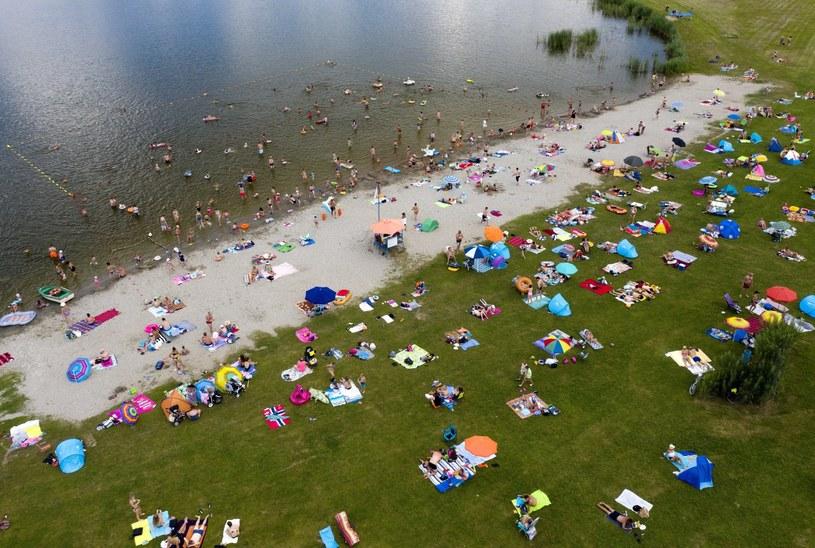 Wakacyjny wypoczynek na miejskim kąpielisku w Radymnie /Darek Delmanowicz /PAP