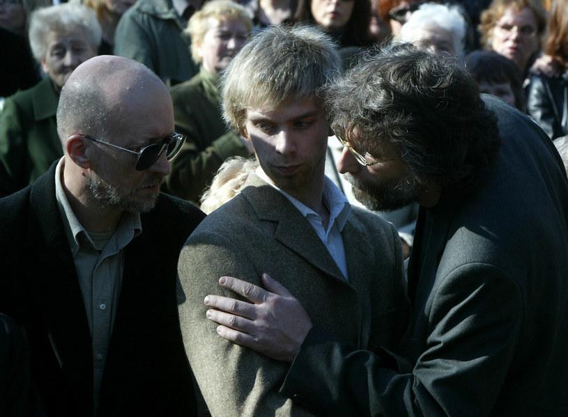 Waldemar Dziki (z prawej) z synem, Witem (w środku) na pogrzebie Darii Trafankowskiej /Darek Redos /Reporter