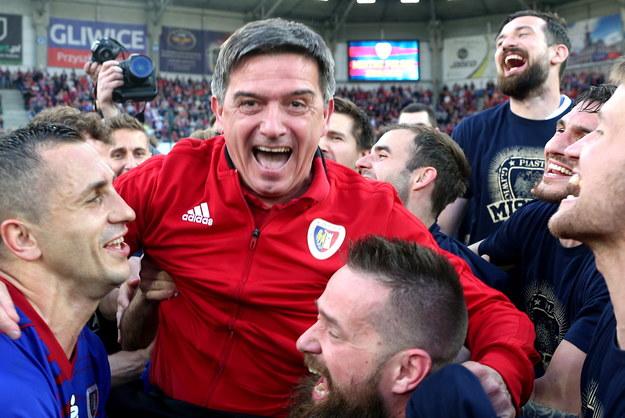 Waldemar Fornalik cieszy się ze zwycięstwa razem z piłkarzami Piasta Gliwice /Andrzej  Grygiel /PAP