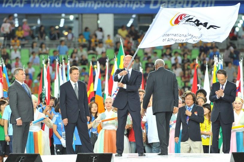 Walentin Bałachniczew z flagą IAAF /AFP