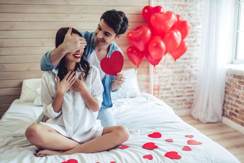 Walentynki są często i gorąco obchodzone przez pary /123RF/PICSEL
