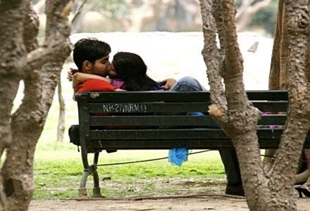 Walentynki to święto zakochanych na całym świecie - cyberprzestępcy chcą to wykorzystać /AFP