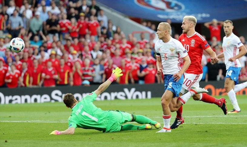 Walijczyk Aaron Ramsey (w czerwonej koszulce) strzela gola w meczu z Rosją /PAP/EPA