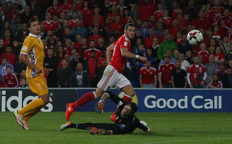 Walijczyk Gareth Bale strzela gola w meczu z Mołdawią /AFP